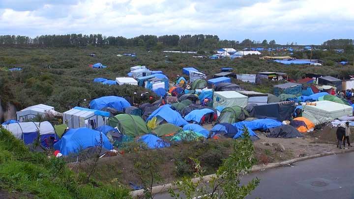 "Dunkaana kooltu galtootaa kan ""Bosona"" jedhamuun waamamu mooraa baqattoottaaz Calais, Faransaay. (VOA/Niikoolas Piinawult)"