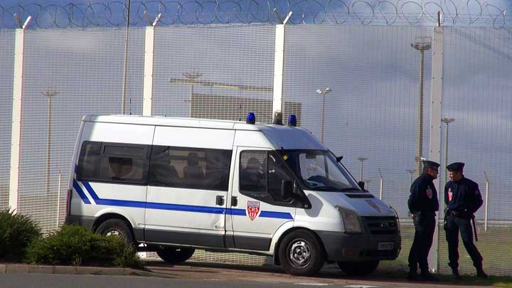 """La police patrouille près de """"La Jungle"""", Calais, France (VOA/Nicolas Pinault)"""