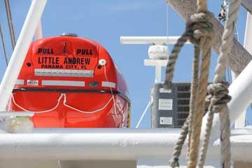 Ông Nguyễn Văn Dũng đặt tên con thuyền của ông theo tên người con trai. Ông đã bán con thuyền Captain Christopher, nhưng vẫn đánh bắt tôm ở Vịnh Mexico với đoàn thuyền viên của ông trên chiếc Little Andrew. Bayou La Batre, Alabama, ngày 31 tháng 8 năm 2015.(VOA Photo/Victoria Macchi)