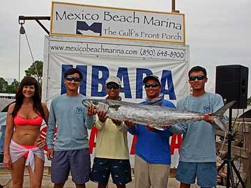 Andrew Nguyễn, người thứ nhì từ bên phải, and Christopher Nguyễn, người ngoài cùng bên phải, đoạt giải ba cuộc thi đánh bắt kingfish ở Florida vào tháng 8 2015, với con cá nặng 37,78 cân. (Hình của Nguyễn văn Dũng và Hội Mexico Beach Artificial Reef)