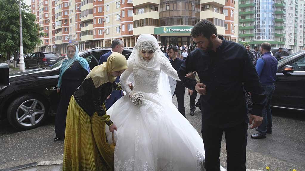 Свадьба 57-летнего Нажуда Гучигова и 17-летней Хеды (Луизы) Гойлабиевой. Грозный, Чеченская республика, 16 мая 2015 (Фото: AP)