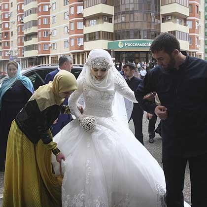 Свадьба 57-летнего Нажуда Гучигова и 17-летней Хеды (Луизы) Гойлабиевой. Грозный, Чеченская республика, 16 мая 2015